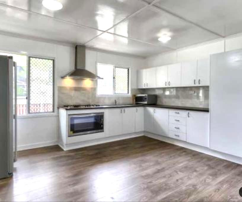 Modern spacious design 8k from CBD! - Stafford Heights - Hus