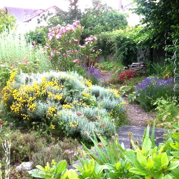 chambre chez l'habitant et son  beau jardin - La Roche-sur-Yon - Huis