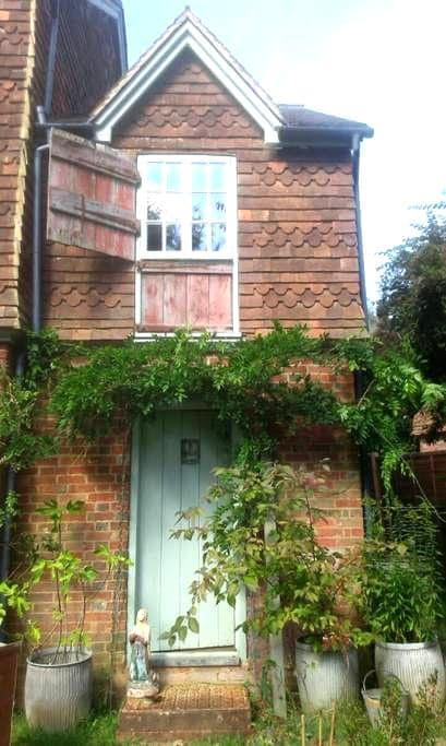 FARM COTTAGE IN AREA OF OUTSTANDING BEAUTY - Bramley - Hus