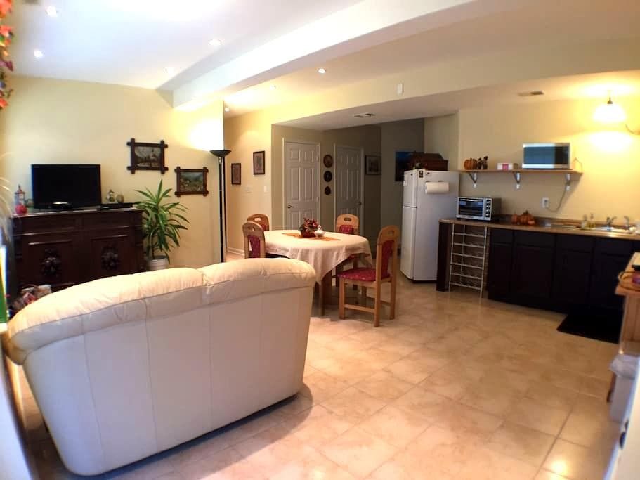 Modern Furnished Apartment 1-2 Bdrm - Woodbridge - Apartamento