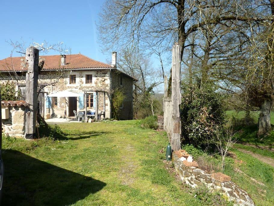 Charming farmhouse in a big garden - Chassenon - Lägenhet