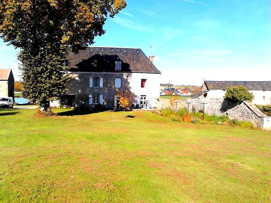 LE CHATEAU DE L'ETANG - Saint-Hilaire-la-Treille - Hus