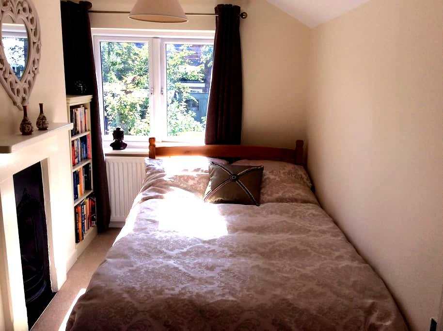 Double bed in a mid terrace Victorian house - Ascot - 獨棟