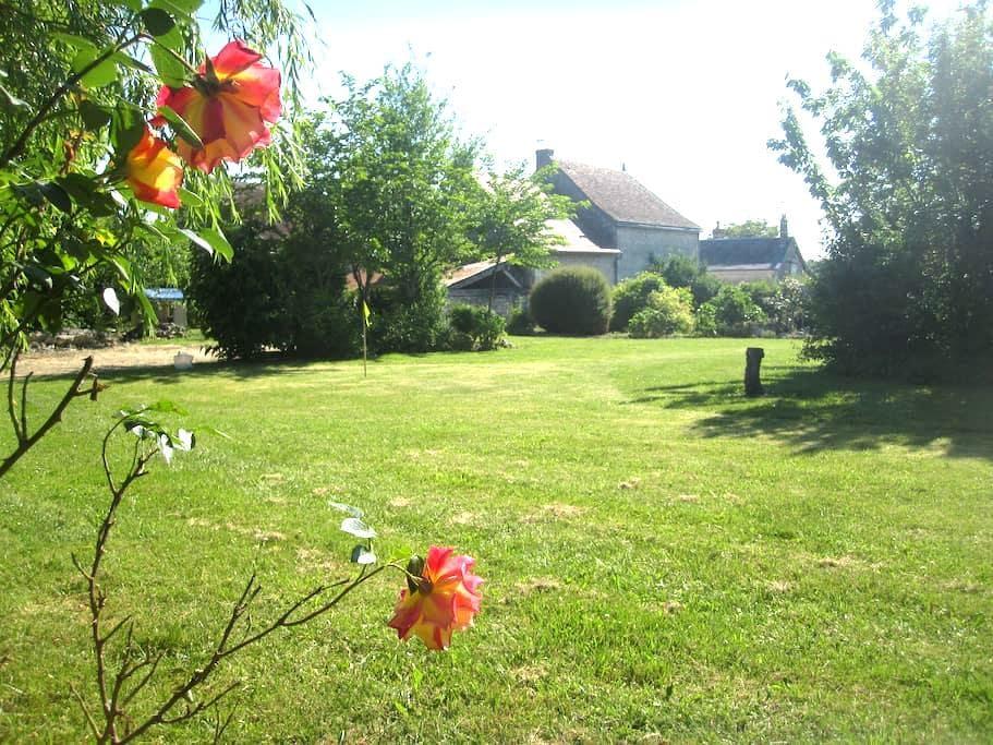 Character Village House In Loire With Large Garden - Civray-sur-Esves - Casa