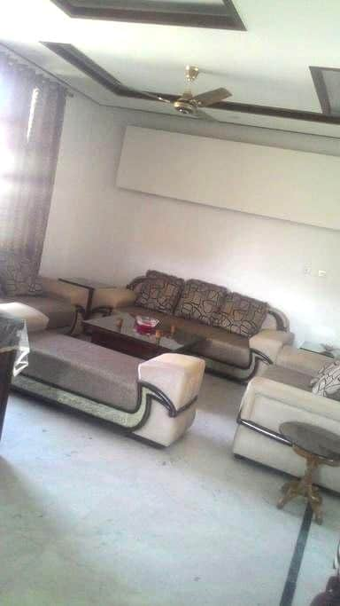 Cozy Bedroom in a modern 3BHK Apartment - Panchkula - Daire