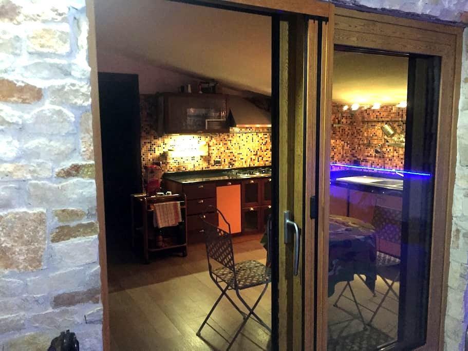 Mansarda arredata con terrazzo e barbecue - San Prisco - Apartemen