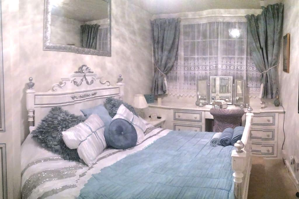 Stunning Luxurious Double Room. Constant Hot water - Yeadon - House