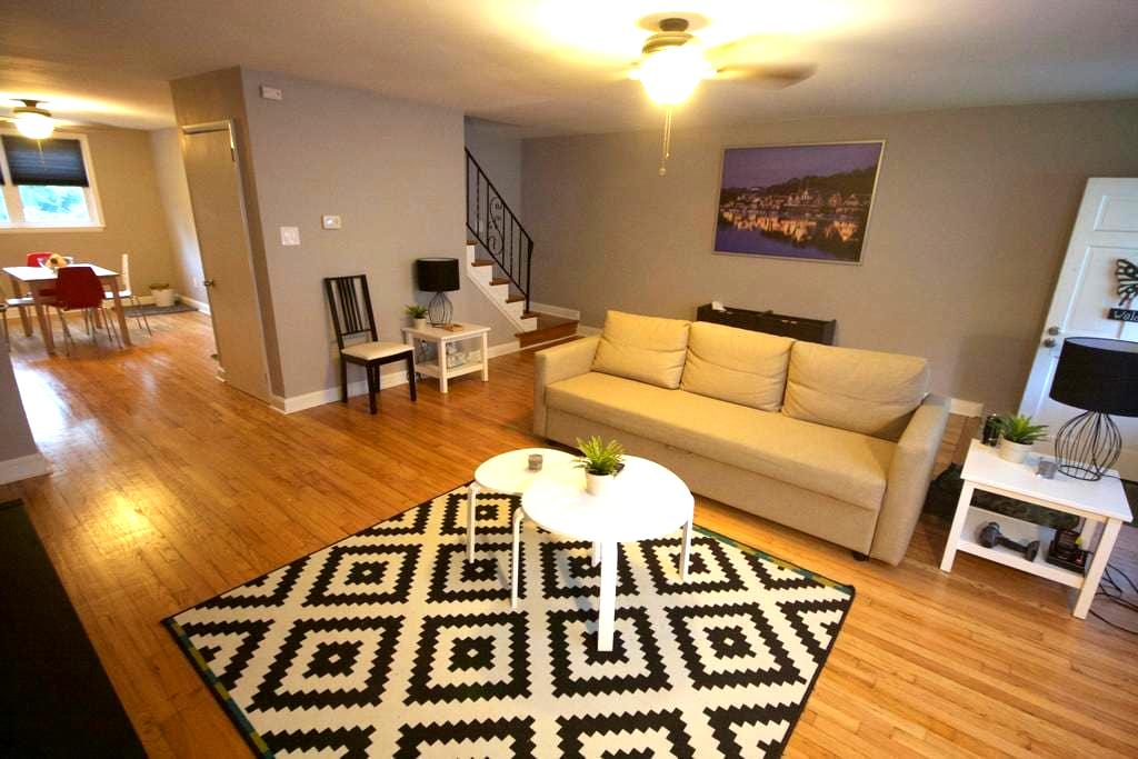 Newly renovated 3 bedroom rowhome! - Brookhaven - Casa