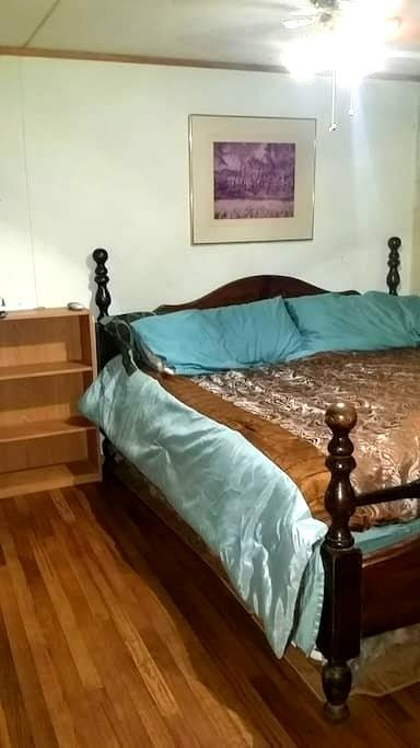 Clean king bedroom w remodeled bath - Broken Arrow - Casa
