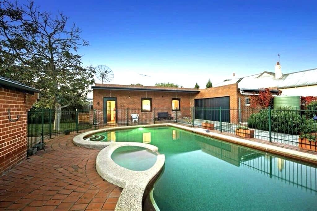 Charming Converted Stables - Caulfield East - 別荘