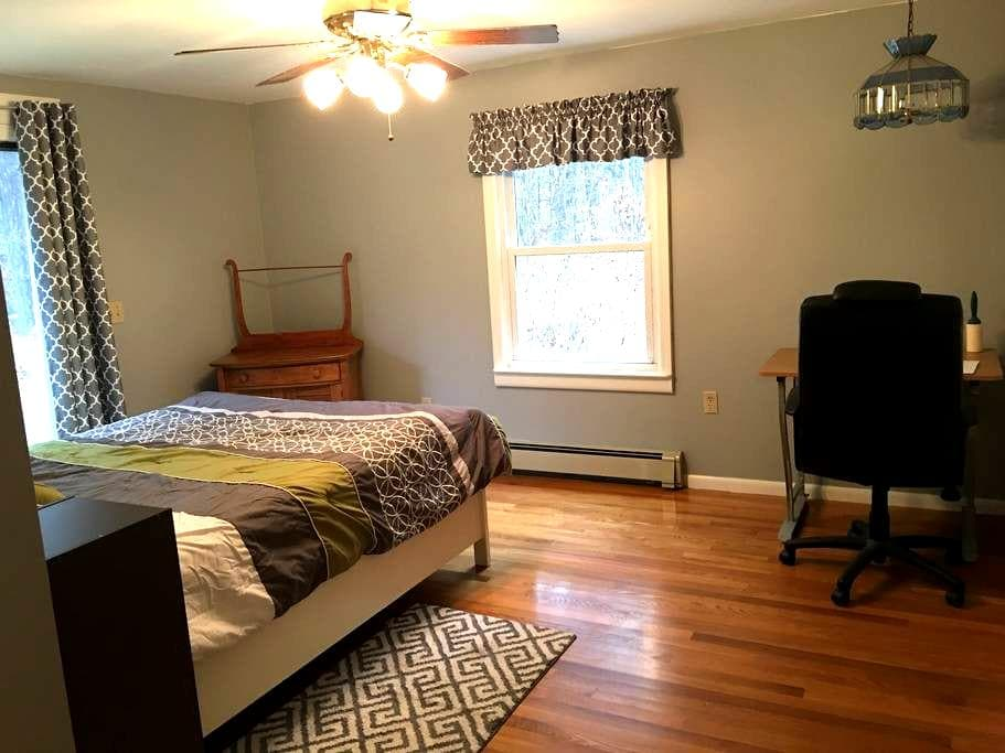 PRIVATE BED & BATH, QUIET ST. Near UMASS and St Vs - Boylston - Hus