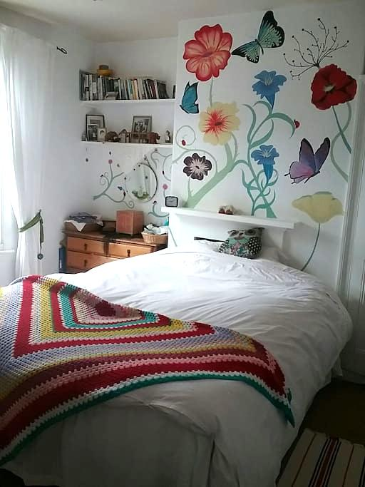Lovely king sized bed in a bright cosy room - York - Huis