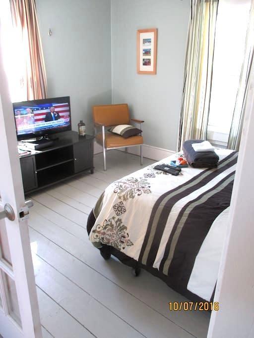 Artsy Sunny Room Minutes to Burlington - Winooski - アパート