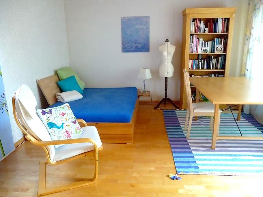Ruhiges Zimmer, eigenes Bad, TV, WLAN, Bus/Zugnähe - Erlangen - Hus