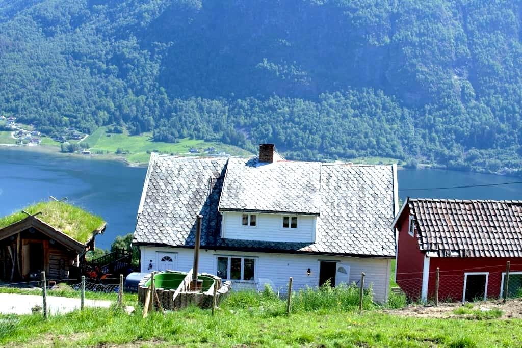 Farmhouse with beautiful view - Sogndal - Huis