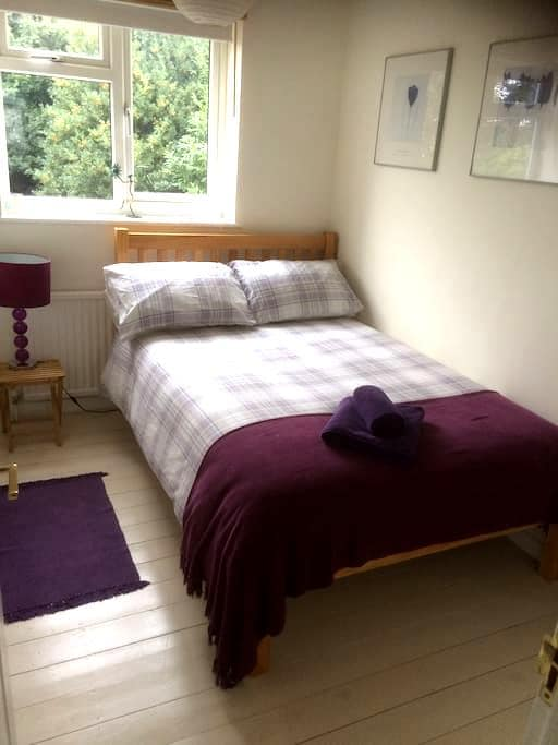 Clean, bright, comfortable room - High Wycombe - Rumah