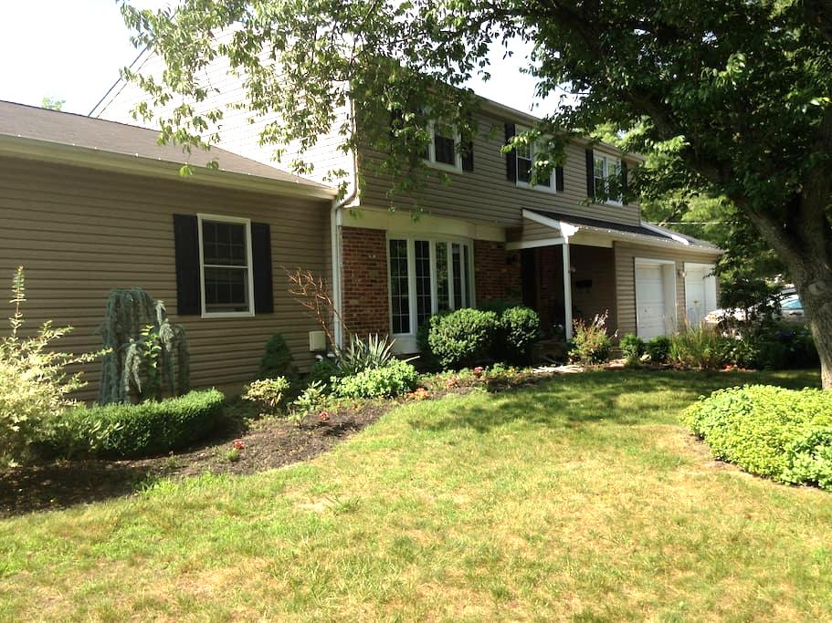 Enjoy the outdoors with large  4br home w/ firepit - Evesham Township - Casa