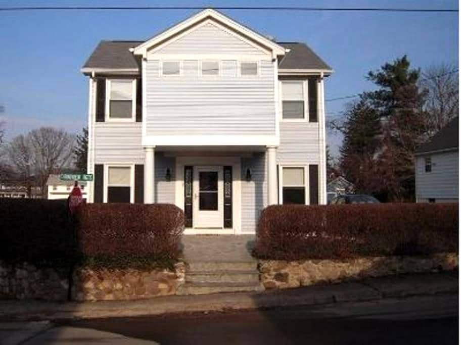 Walk to private beach and club from this 2BDR home - Branford - Huis