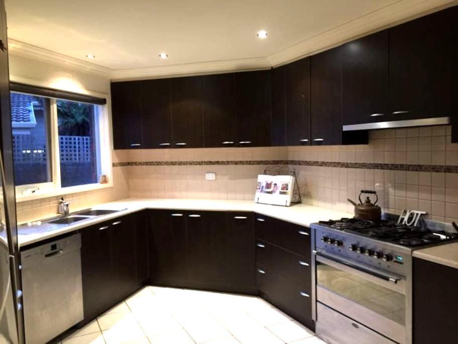 2 bed apartment - access Melbourne's best features - Dingley Village - Appartement