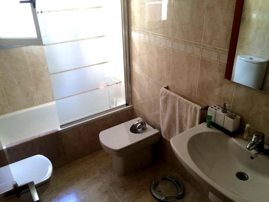 Habitación en Valls, baño uso propio y parking op. - Valls - Leilighet