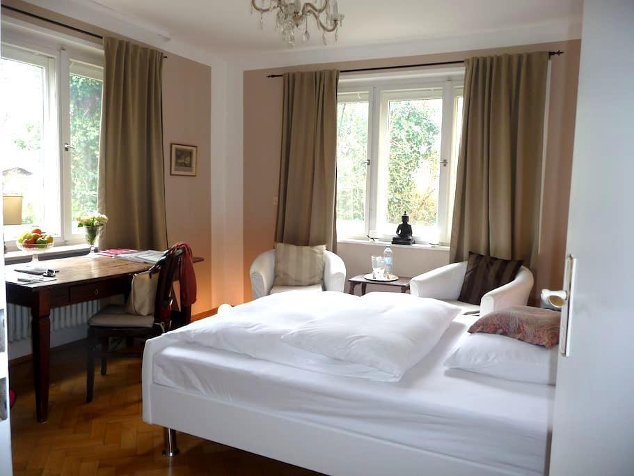 Centrally located, garden view room - Múnich - Villa