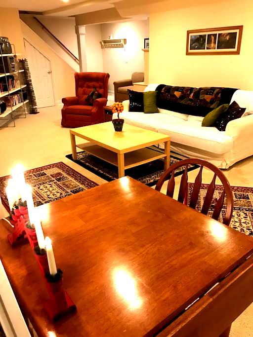 Quiet 2 bed room apt w/ private entrance. - Glastonbury - Appartement