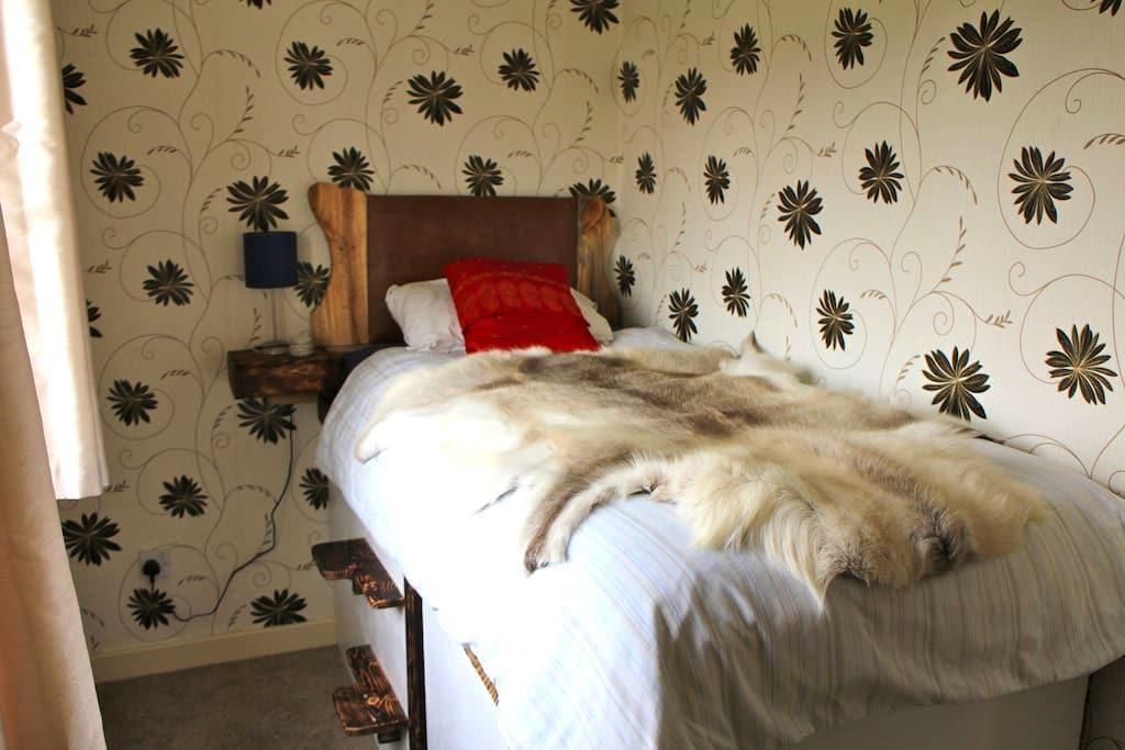 Bright, single platform bedroom in artist's house - Wigan - Ev