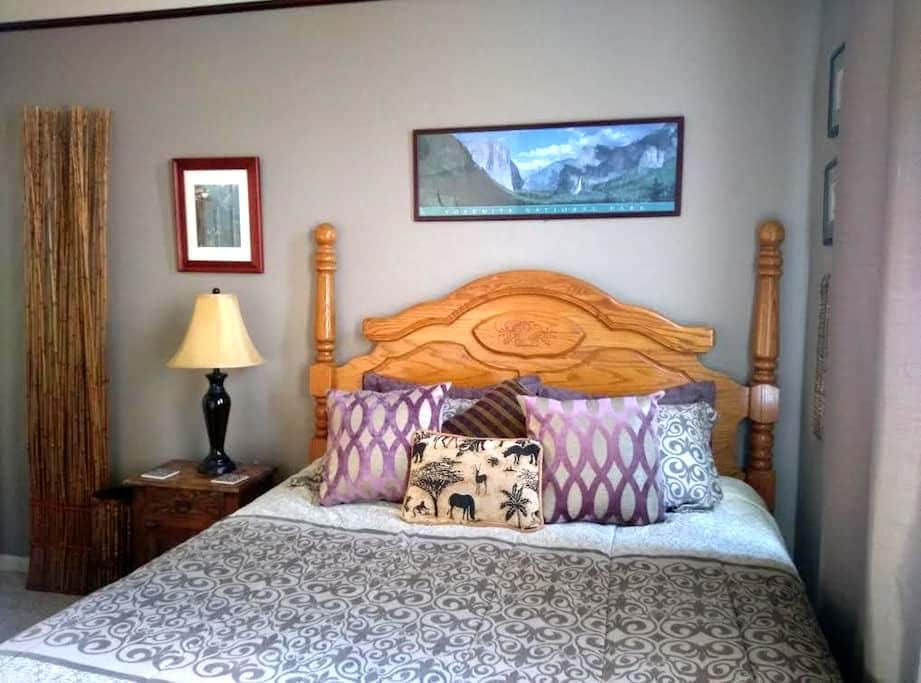 Safari Room, dwnstrs, w bkfst, putting green, pool - Roseville - Casa