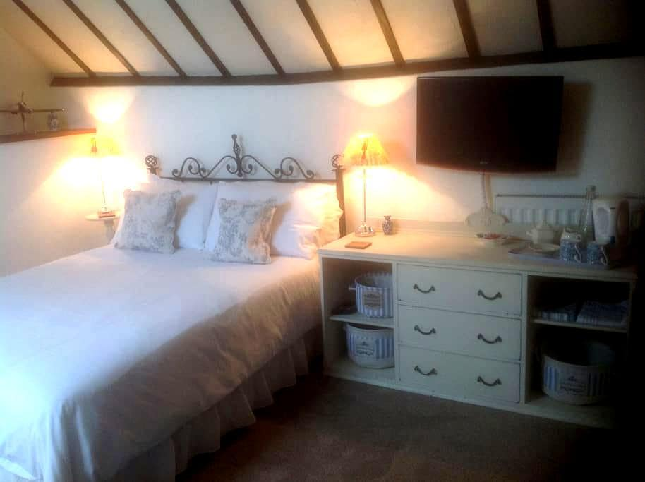 Large but cosy bedroom - Burgess Hill - Huis