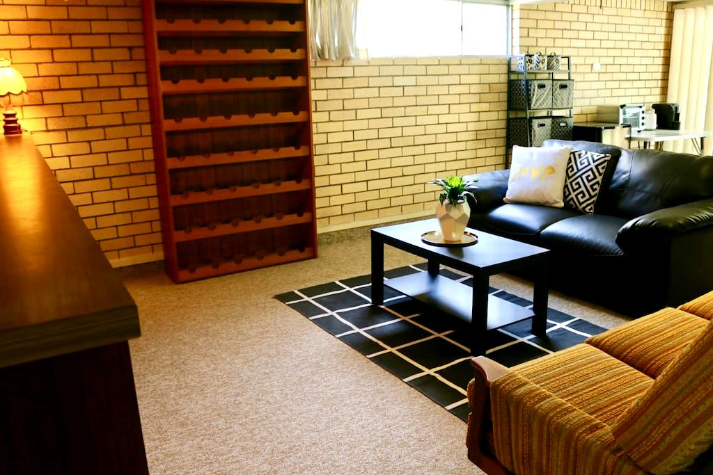 SELF CONTAINED UNIT, WIFI,B/FAST, CLOSE TO AIRPORT - Wavell Heights - Casa
