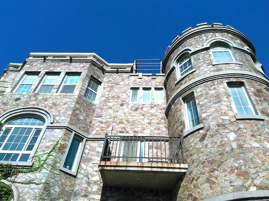 绿茵古堡-地中海房间+早餐 - Jinan - Замок