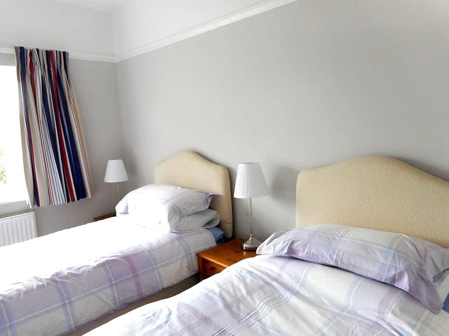 Comfortable twin room in lovely area - Meols - 家庭式旅館