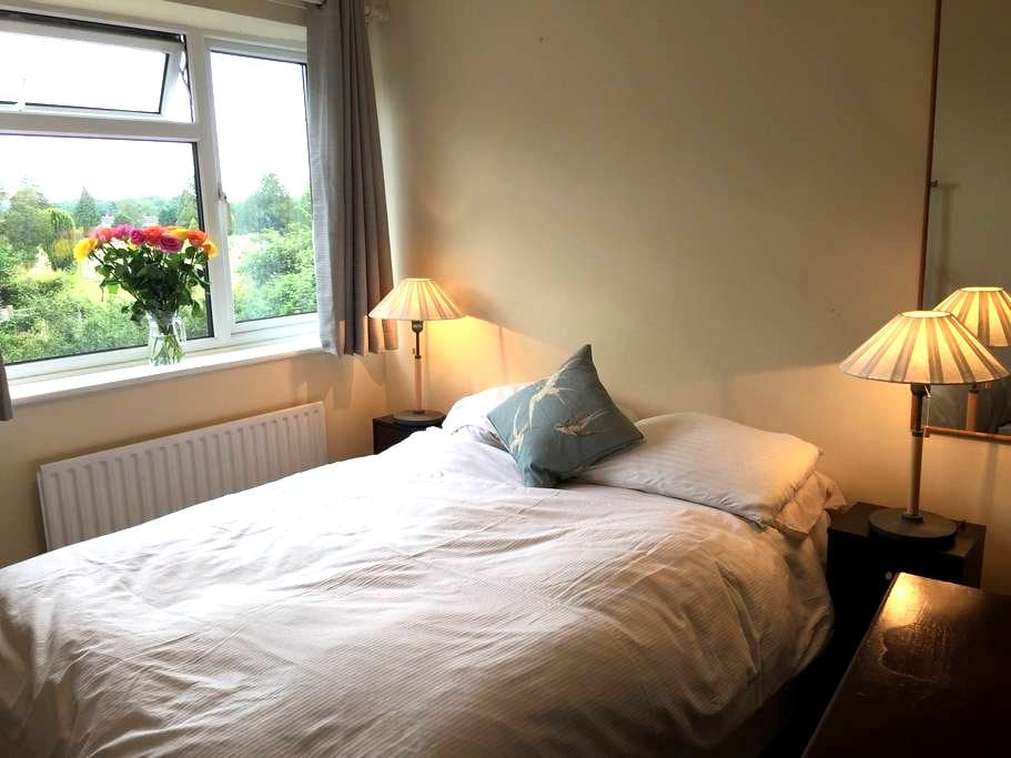 Double room. Parking. Near town - Godalming - Huis