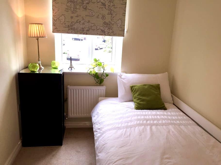 Lovely Bedroom - Bradford - House