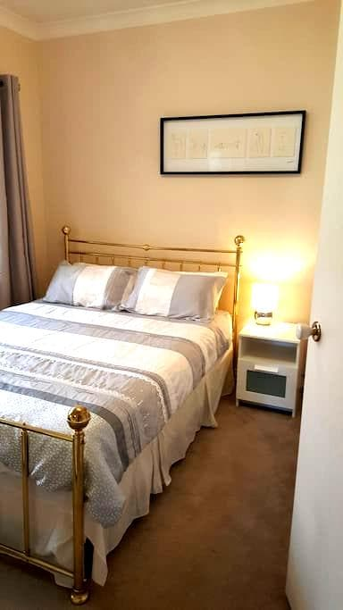 "Modern Spacious Adelaide ""Queen Room"" (QUEEN Bed) - Brompton - Casa"
