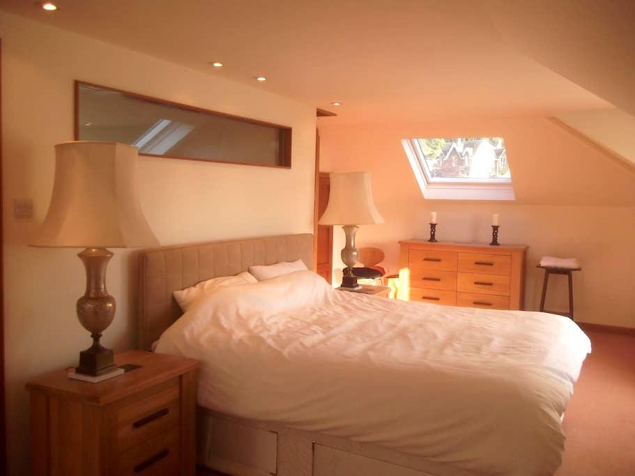 Crieff spacious double room with private shower/wc - Crieff - Dom