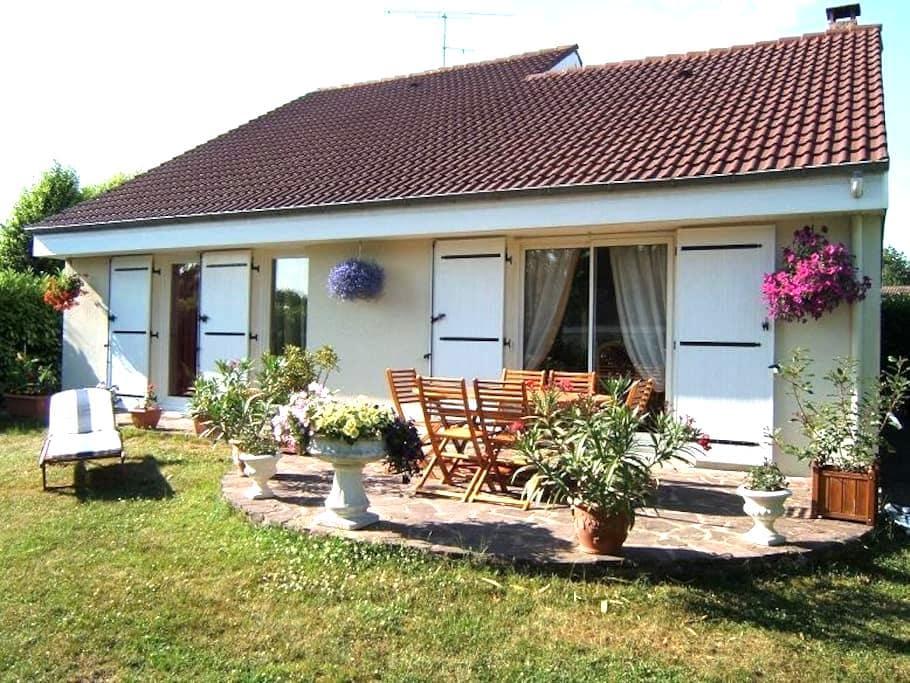 2 bedrooms , bathroom, toilet and private lounge - Les Essarts-le-Roi - 家庭式旅館