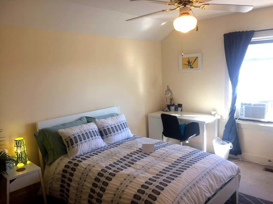 Private bedroom & bath, centrally located!! - Winston-Salem - Departamento