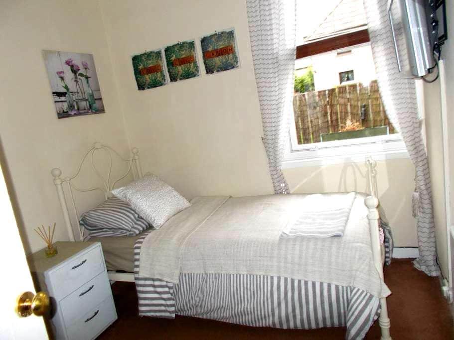 Sunny room all facilities sharing - Dalkeith - Vila
