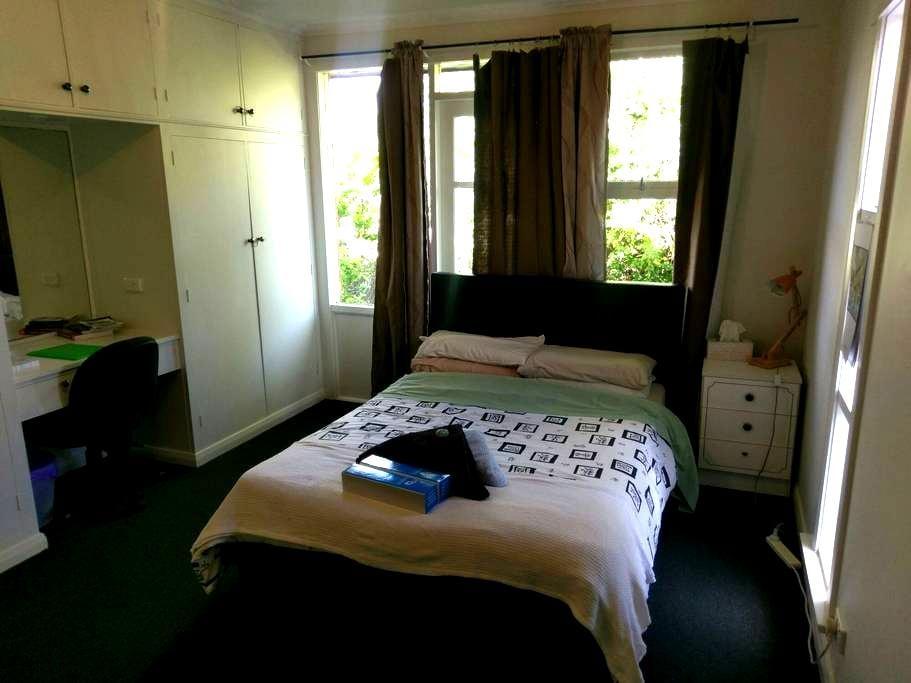Large, quiet double bedroom - Trevallyn - Hus