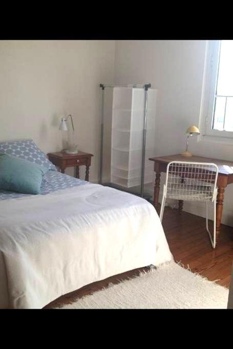 Chambre meublée dans maison dans maison de charme - Saint-Pierre-du-Mont - Hus