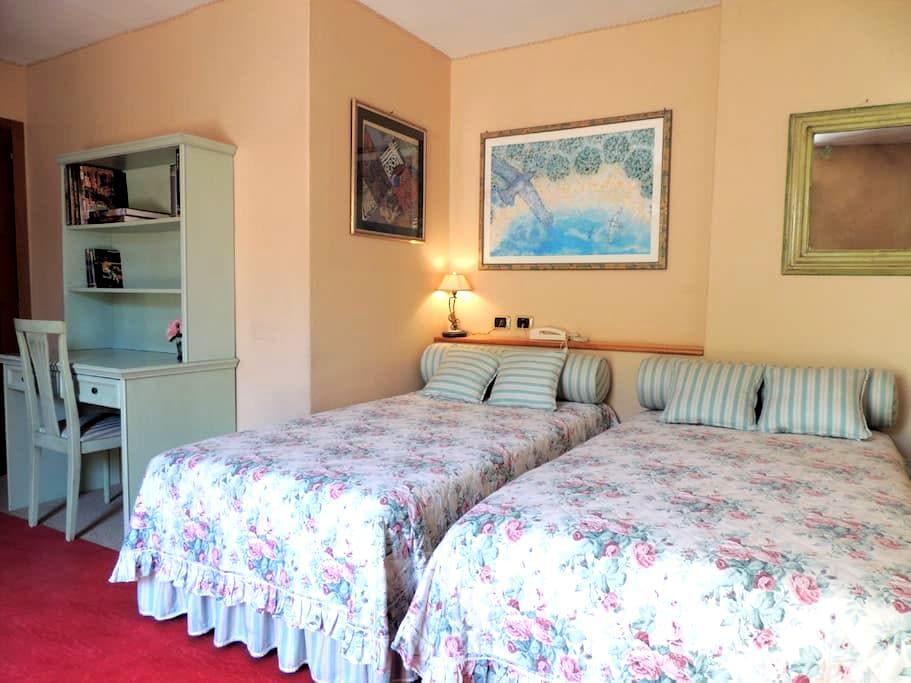 Ampia stanza con bagno e giardino! - Prato - Huis