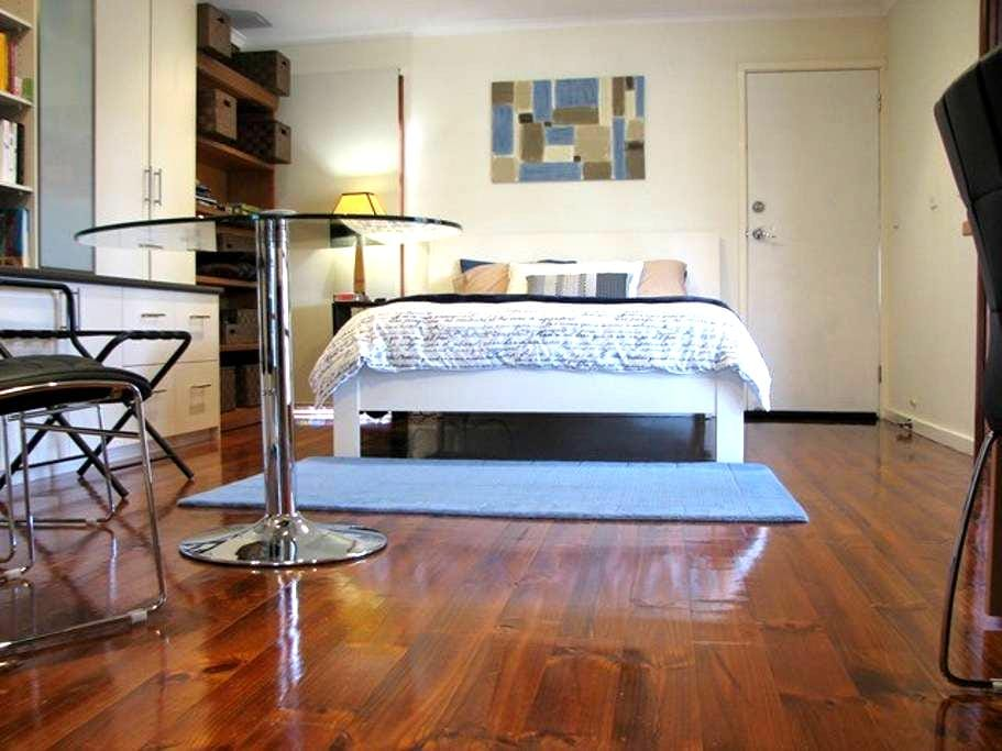 Large and Private Studio - Canberra - Huis