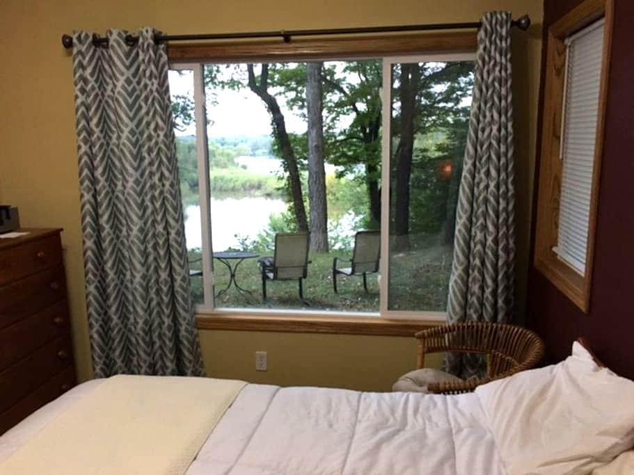 Room with Private Bath on Cedar River - Cedar Rapids - Dom
