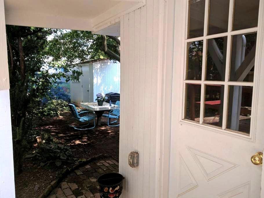 Bed, Bath & Backyard - Phoenixville Guest Suite - Phoenixville - Departamento