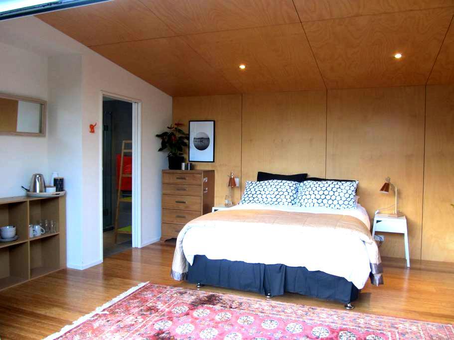 Private, sunny, beach studio - Nelson - Bed & Breakfast