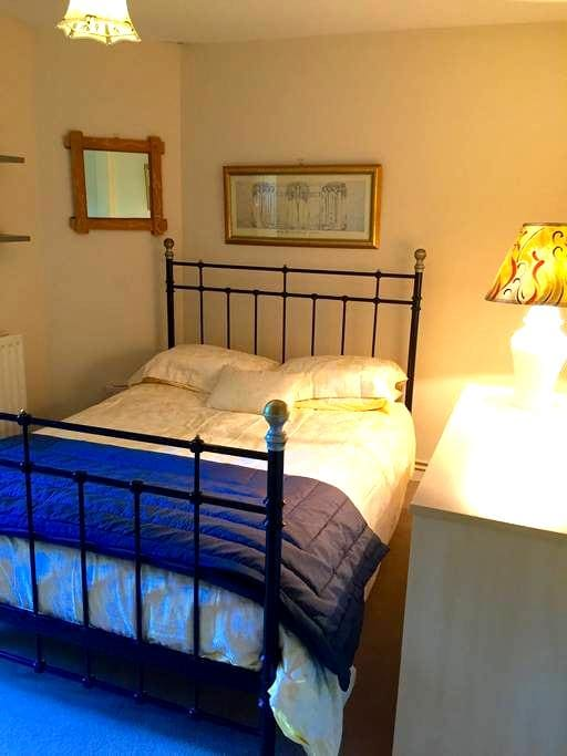 Quiet double room central location. - Winchester  - Daire