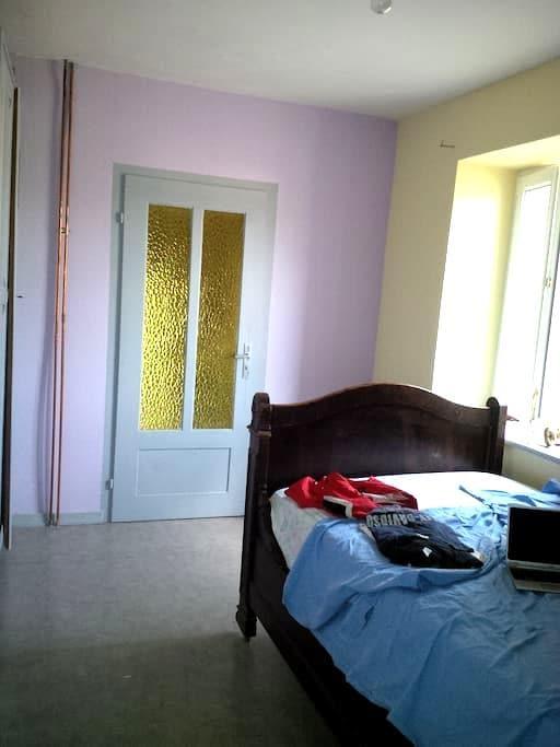 chambre de 12m² au rez de chaussée - Bust - 獨棟