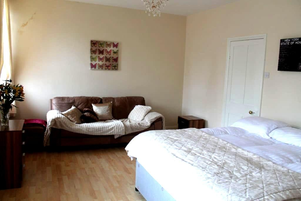 King Size Bedroom - Ilkley - Casa
