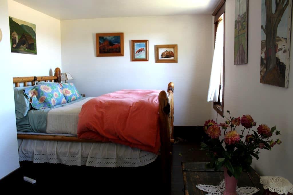 Sublime Farm Stay - Airbnb Room - Sublimity - Bed & Breakfast